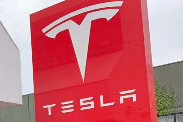 टेस्ला 2023 में इलेक्ट्रिक कार को कर सकता है पेश