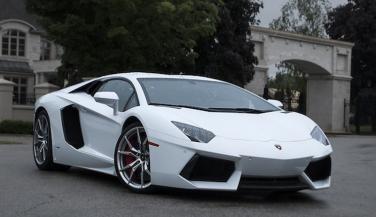 मेल सेलेब्रिटी ही नहीं, फिमेल भी फरमाती हैं Lamborghini का शौक