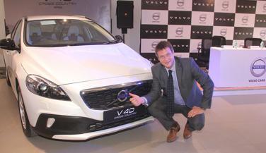 Volvo V40 Cross कंट्री पेट्रोल में,27 लाख की